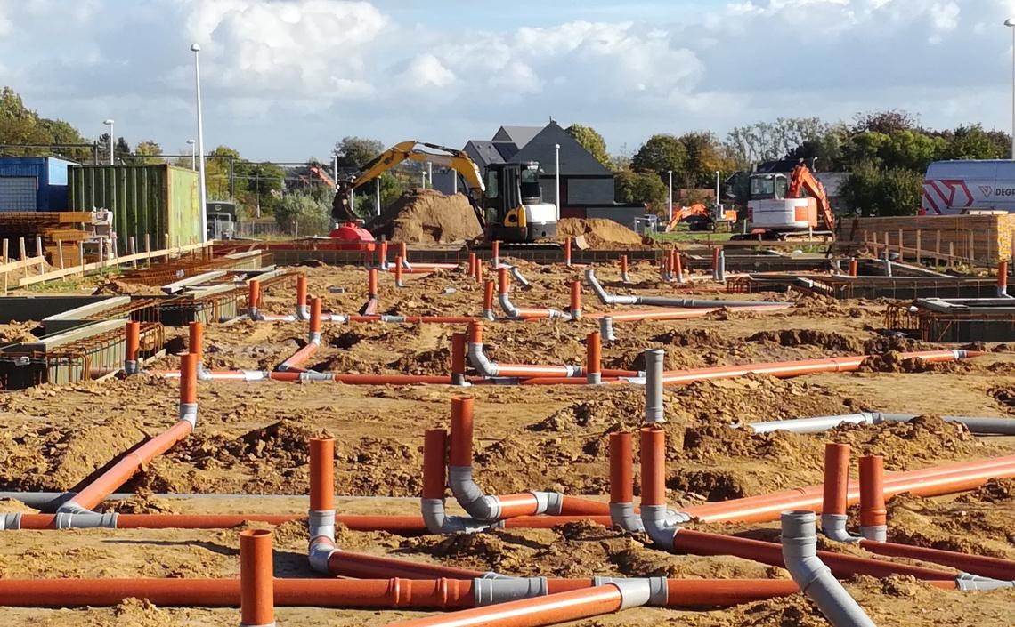 Funderings-en rioleringswerken voor 50 vloerplaten